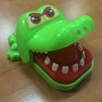 Милая игрушка крокодил