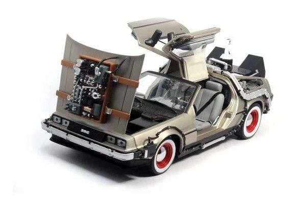 Модель 1:18 автомобиля из фильма Назад в будущее